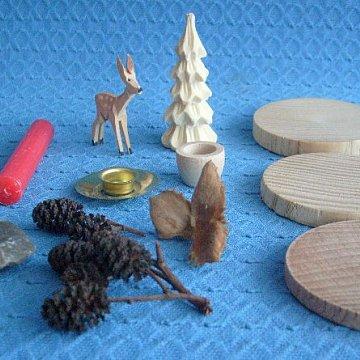 Bastelsatz geschnitztes Reh mit geschnitzten Baum auf Holzscheiben