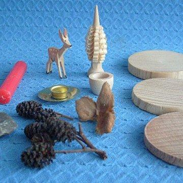 Bastelsatz geschnitztes Reh mit Spanbaum auf Holzscheiben
