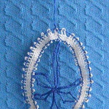 geklöppeltes Osterei blau