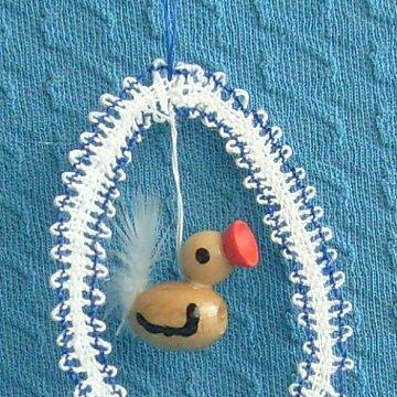 geklöppeltes Osterei blau mit Kücken