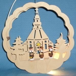 beleuchtetes Fensterbild: Seiffener Kirche mit 3 Sternsängern