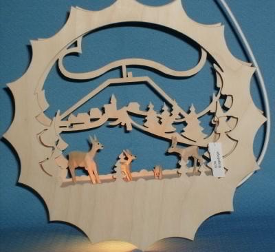 beleuchtetes Fensterbild :Geschnitzte Rehe am Fichtelberg