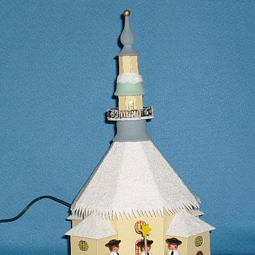 beleuchtete Seiffener Kirche mit Kurrende