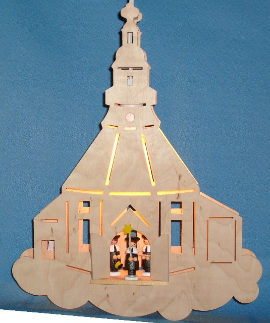 beleuchtetes Fensterbild :Seiffener Kirche mit offenem Tor