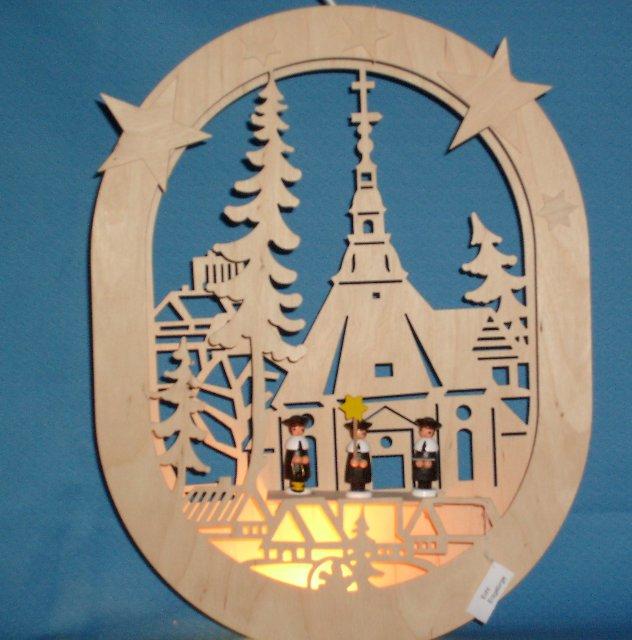 beleuchtetes ovales Fensterbild der Seiffener Kirche