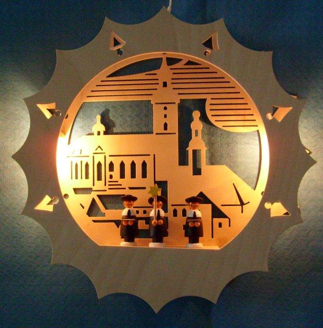 beleuchtetes Fensterbild: Kirche mit Kurrende