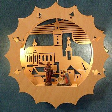 beleuchtetes Fensterbild: Kirche mit Christgeburt