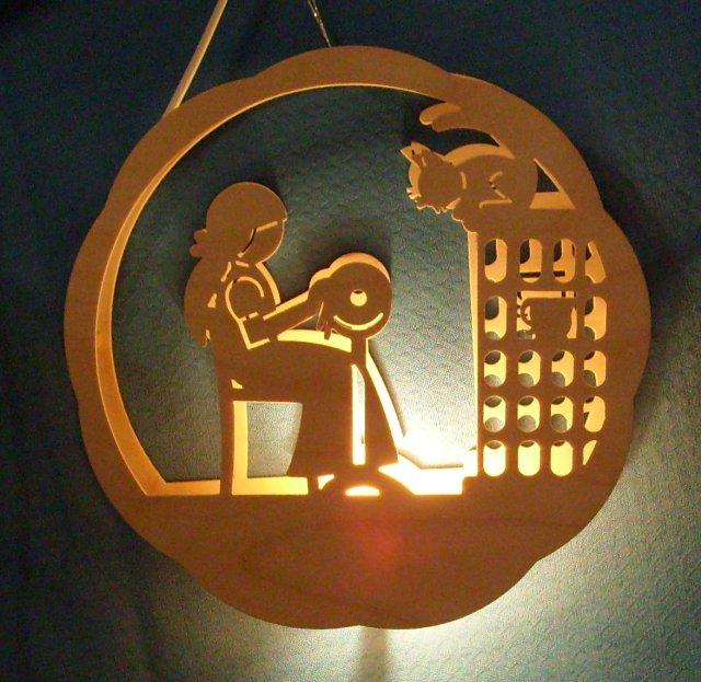 beleuchtetes Fensterbild: Die Klöpplerin