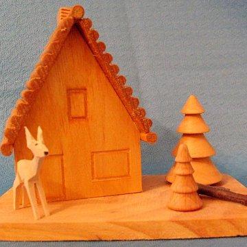 Räucherhaus mit geschnitzten Reh