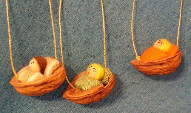 Baumbehang Nussschale mit Püppchen