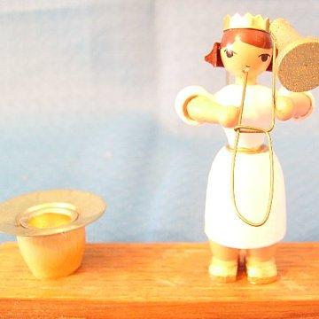 Kerzenhalter mit einem weißen Engel