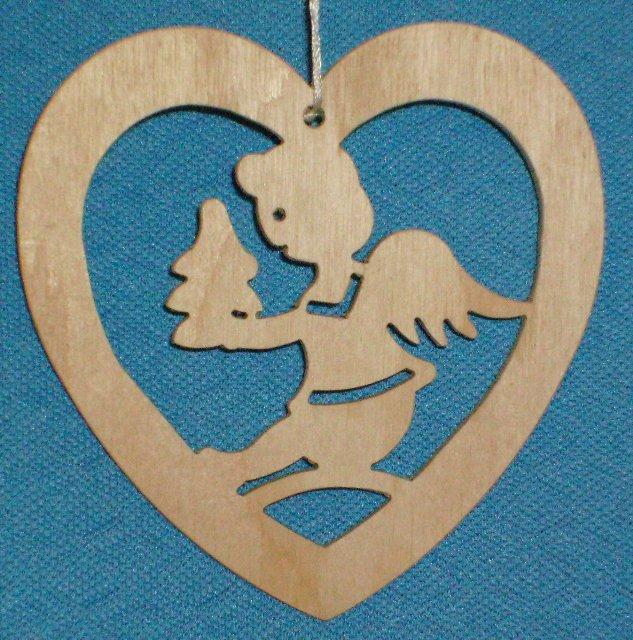 Baumbehang Herz mit Engel trägt Weihnachtsbaum