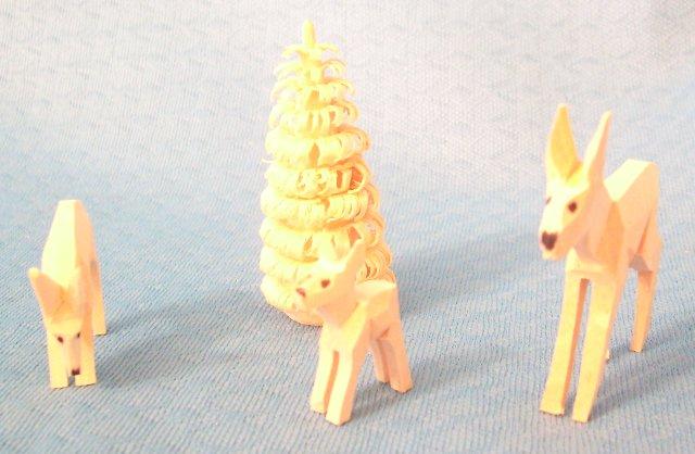 geschnitzte Rehgruppe mit Rillenbaum