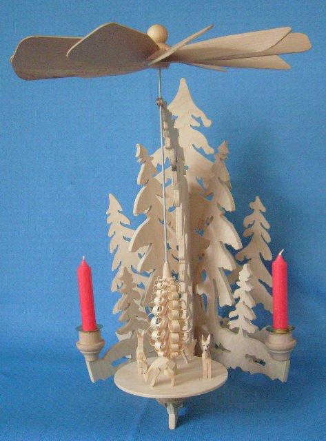 Wandpyramide mit geschnitzten Rehen
