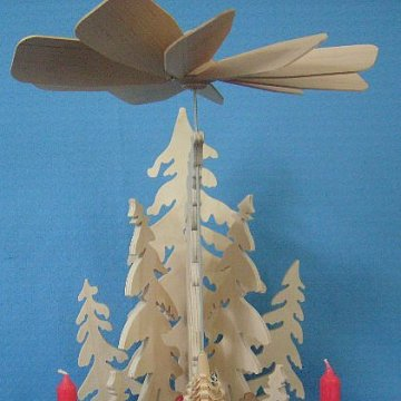 Wandpyramide mit Waldfiguren