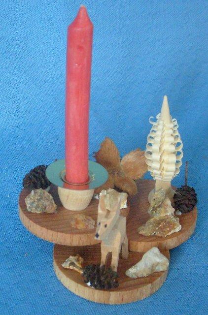 geschnitztes Reh mit Spanbaum auf Holzscheiben
