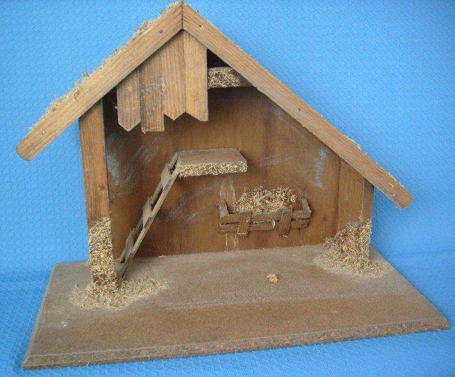 Holzstall mit Moosdach