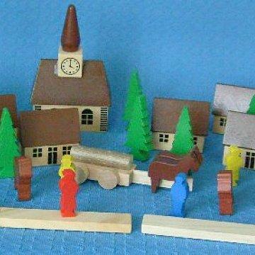 Dorf mit Kirche und Bauernhof