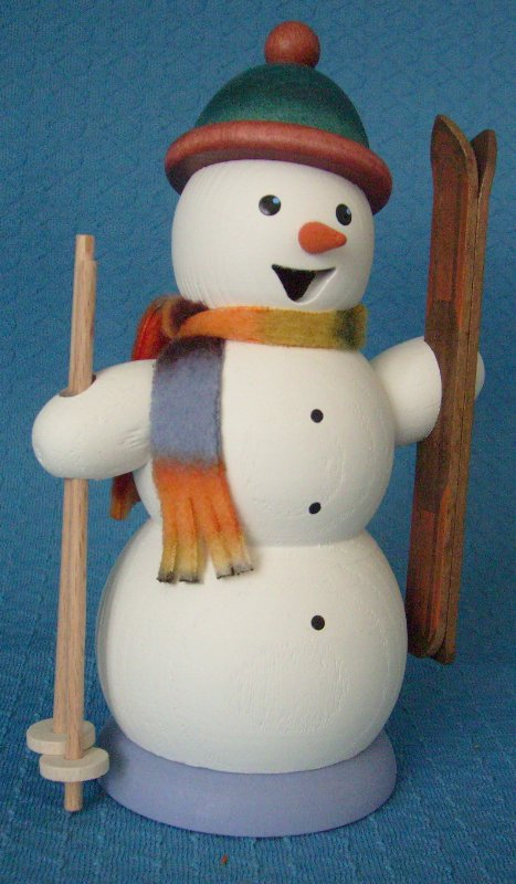Schneemann mit Skiern