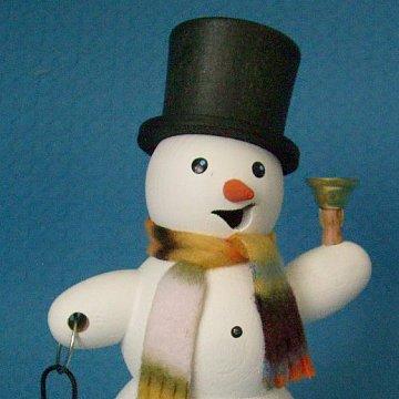 Schneemann mit Laterne und Glocke
