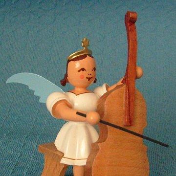 Engel mit Bass sitzend