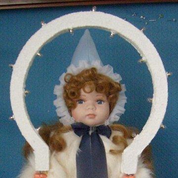 Christkind mit dunkelblondem Haar,blauer Mütze und echtem Kaninchenfell